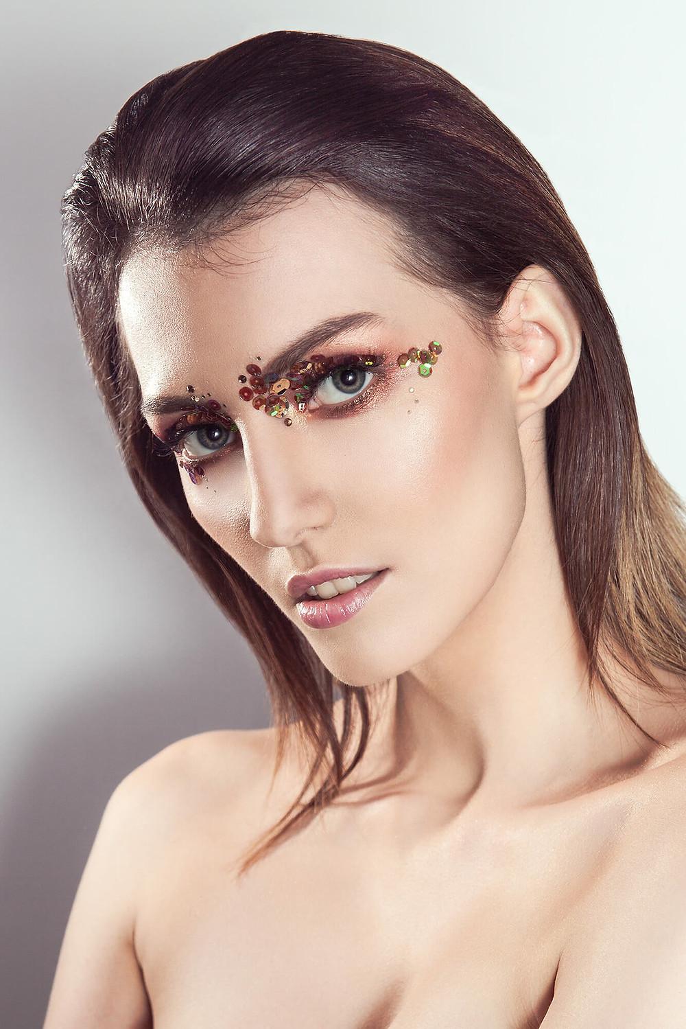 Modelka przypominająca Anję Rubik, sesja beauty ze złotymi cekinami