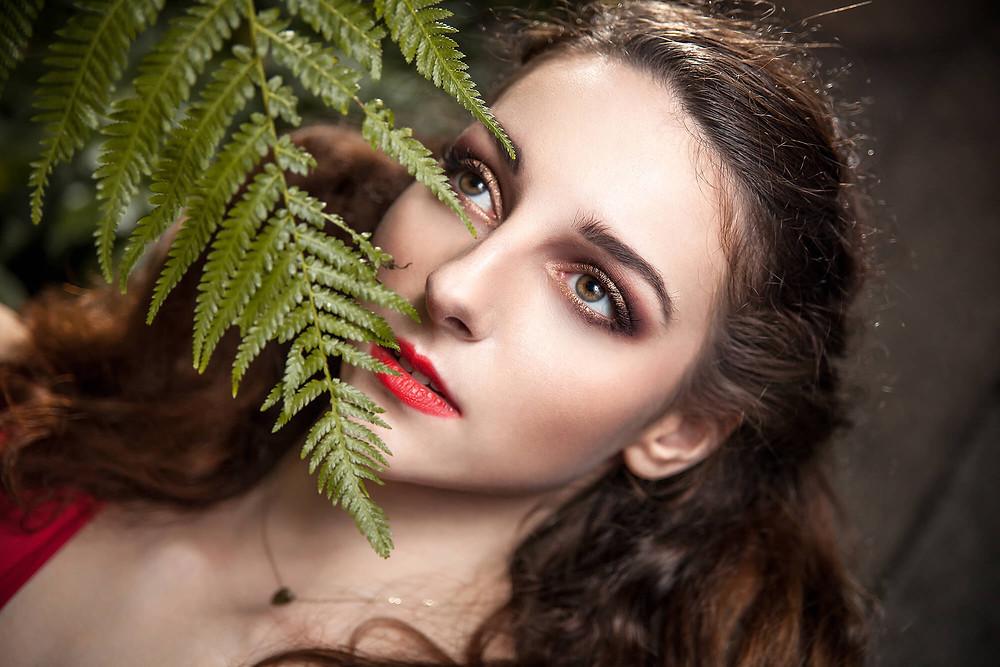 Portret modelki z liściem paproci