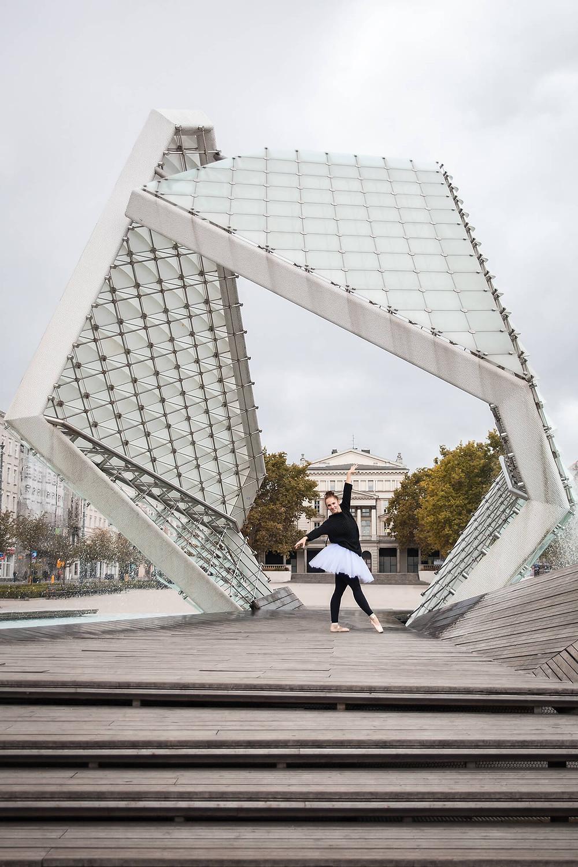Sesja baletowa na Placu Wolności, tancerka stoi pod fontanną