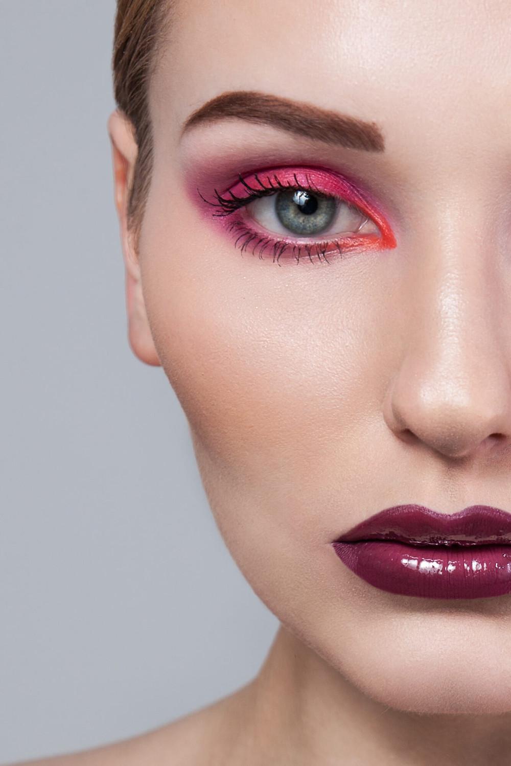 Mocne zbliżenie beauty, błękitne oczy i różowy makijaż