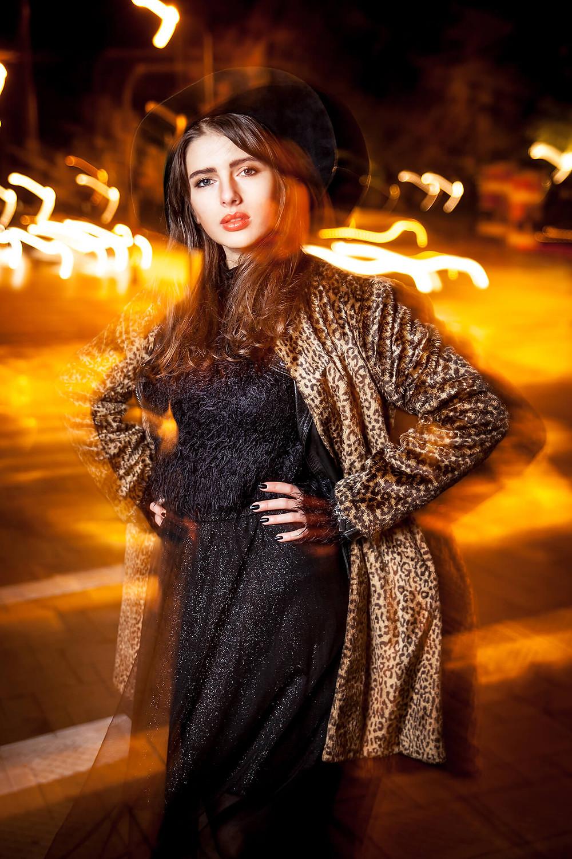 Kreatywna nocna sesja fashion w Poznaniu, poruszone światła, długi czas naświetlania