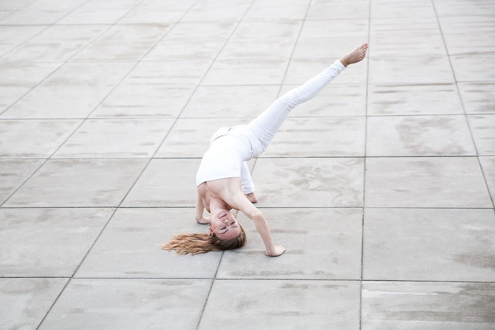 Sesja taneczna, tancerka contemporary we floor worku