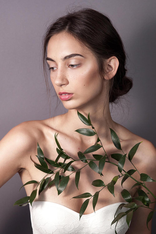 Delikatny naturalny portret w studio z roślinnością