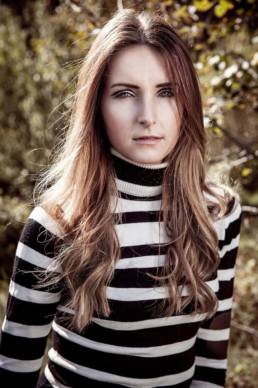 Portret w pasiastym czarno-białym swetrze