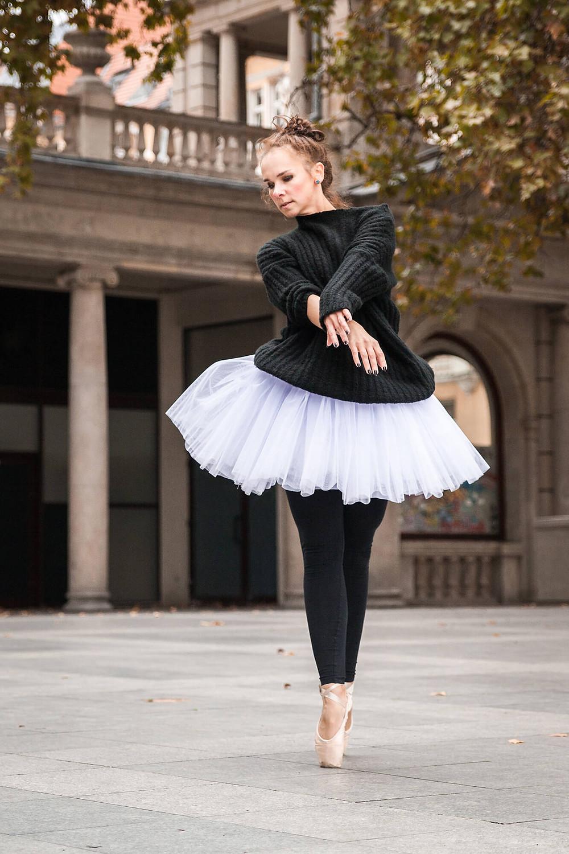 Eleganckie zdjęcie tancerki stojącej en pointe
