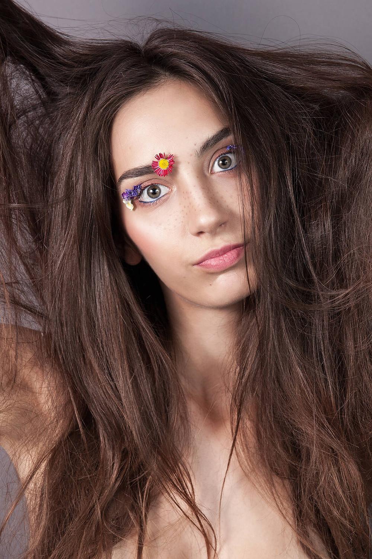 Modelka beauty w kwiatowej stylizacji robi śmieszną minę