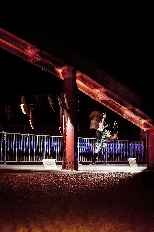 Dynamiczne nocne zdjęcie tancerki