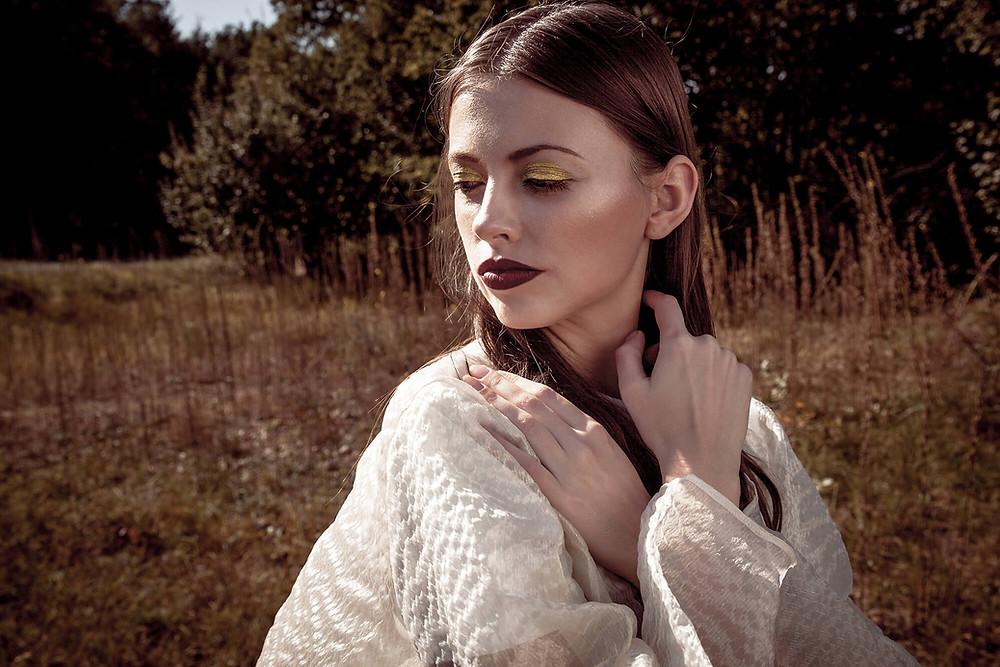 Portret modelki w lśniącym makijażu i oryginalnej kreacji