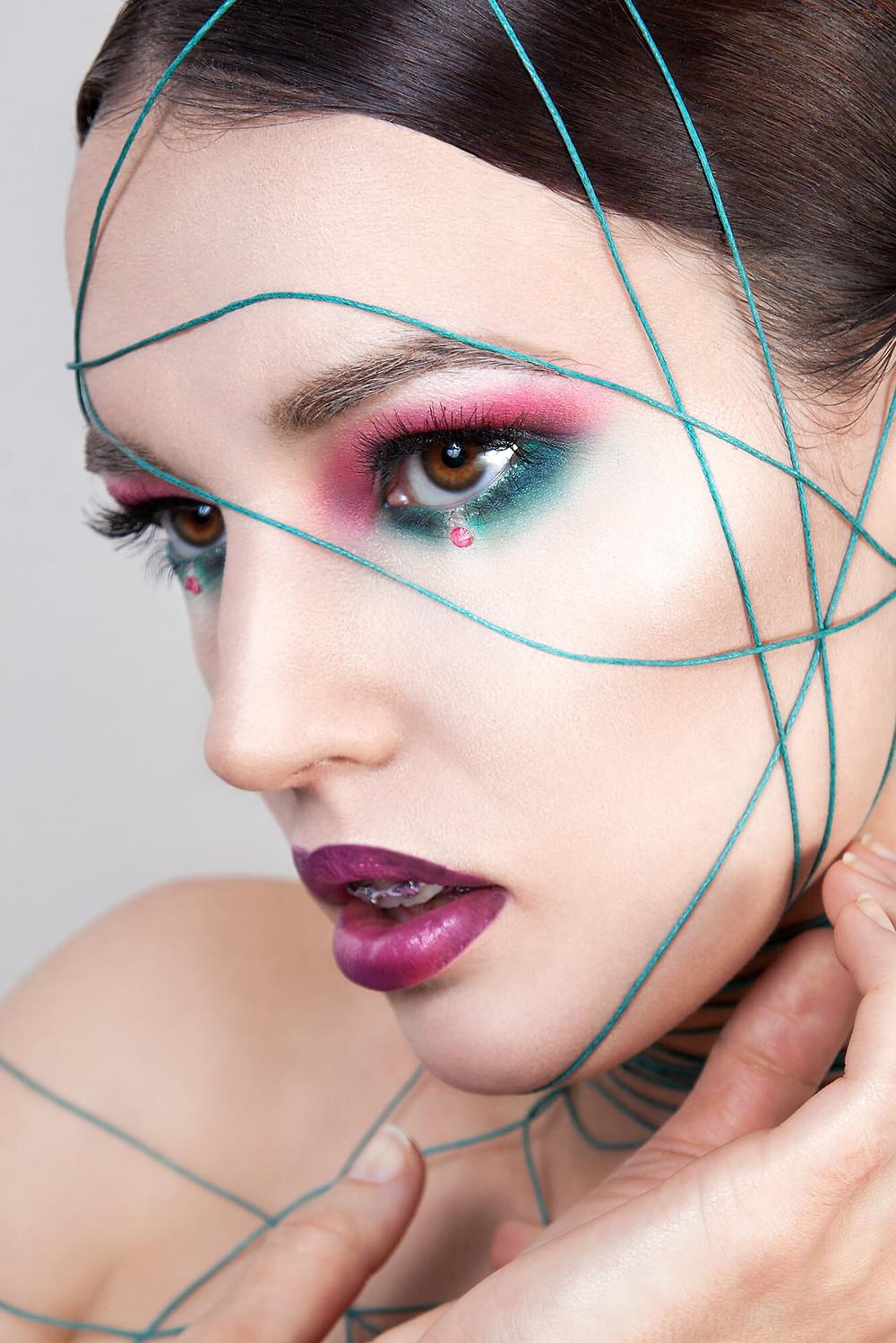 Mocne spojrzenie, sesja beauty w wyrazistej, kolorowej stylizacji