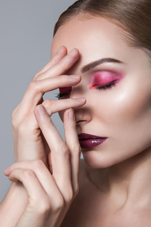 Zbliżenie beauty, modelka w różowym makijażu z zamkniętymi oczami