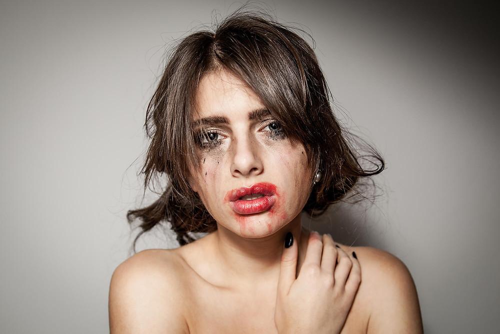 Dziewczyna z rozmazanym makijażem, rozmazana czerwona szminka, oryginalne zdjęcie portretowe