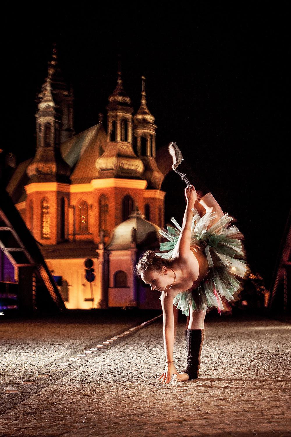 Baletowa sesja zdjęciowa, w tle Katedra w Poznaniu