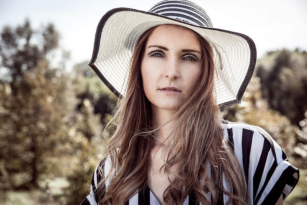Portret w kapeluszu w czarno-białe paski