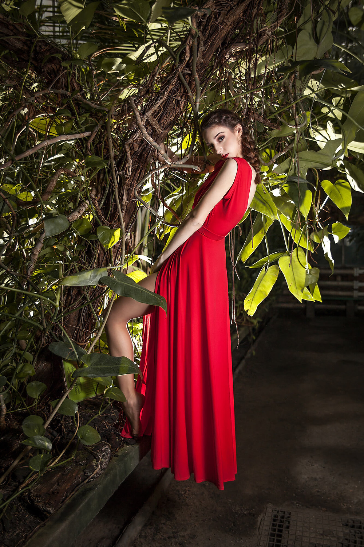 Edytorial fashion, modelka eksponuje długą, czerwoną suknię