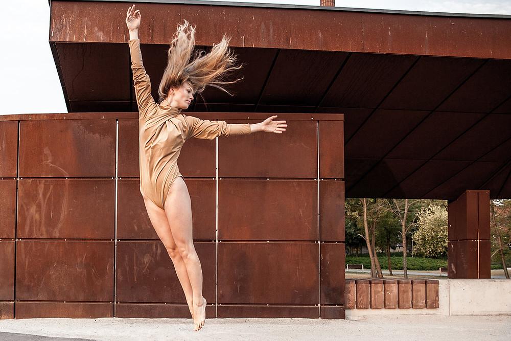 Skok tancerki z rozwianymi włosami, sesja zdjęciowa nad Wartą