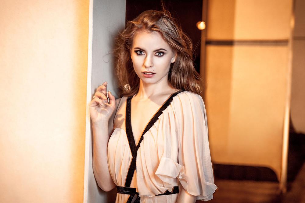 Portret modelki w pięknej, pastelowej sukni wieczorowej