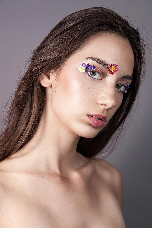 Pomysłowa sesja beauty z żywymi kwiatami zamiast makijażu
