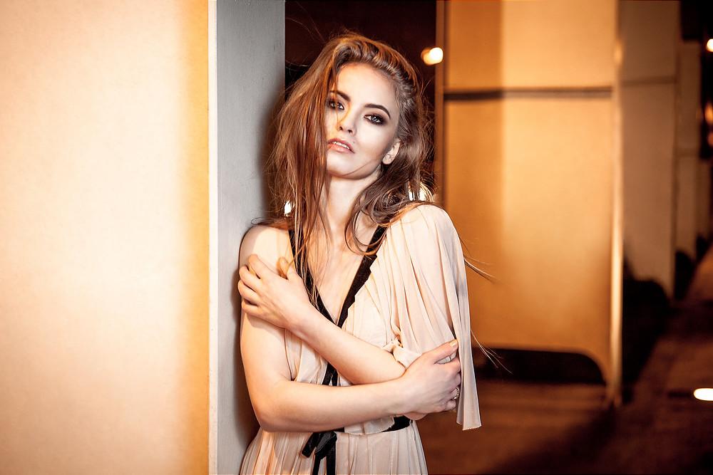 Portret modelki w szyfonowej, eleganckiej, pudrowej sukni