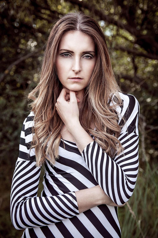Portret modelki ubranej w czarno-białą, pasiastą sukienkę