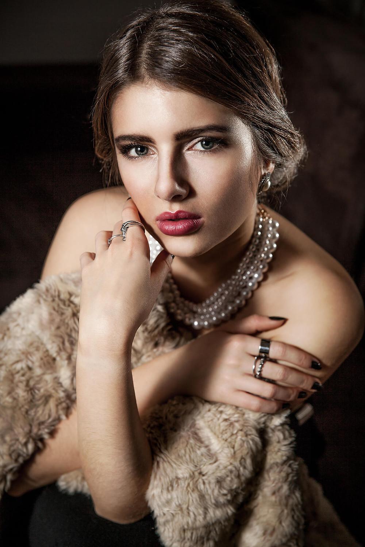 Elegancki portret, indywidualna sesja zdjęciowa w Poznaniu, fotograf kobiecy