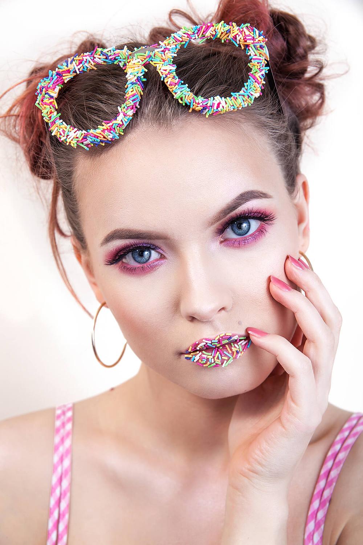 Cukierkowy edytorial beauty z różowym makijażem
