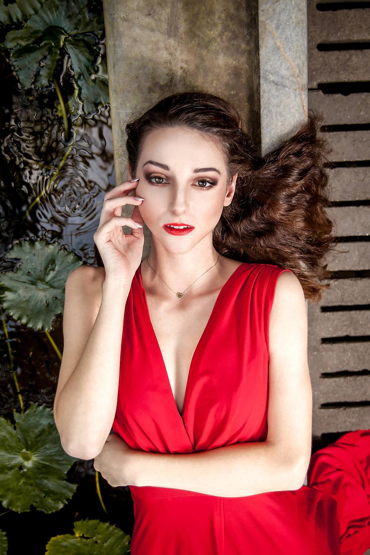 Edytorial fashion, portret modelki w czerwonej sukni