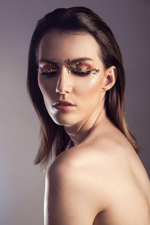 Mocny makijaż z cekinami i kontrowe światło