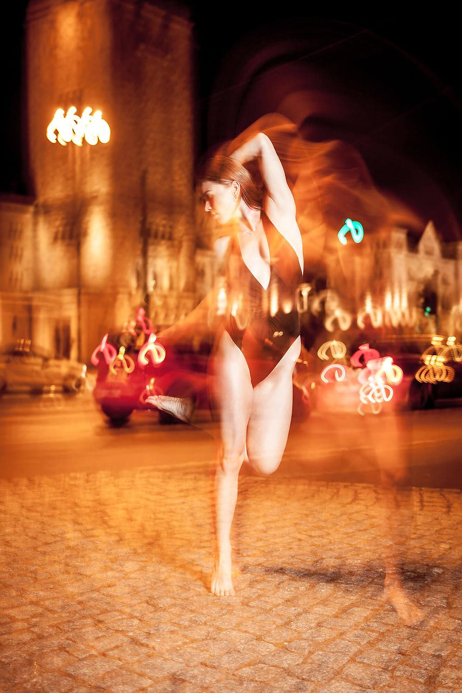 Dynamiczne zdjęcie na długim czasie naświetlania, smugi świateł i ruchu tancerki