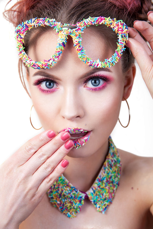 Modelka udająca zaskoczoną, cukierkowa stylizacja beauty