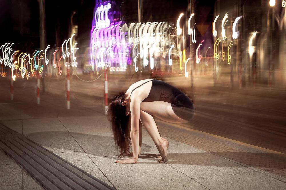 Światła rozmyte na długim czasie naświetlania, sesja taneczna w Poznaniu
