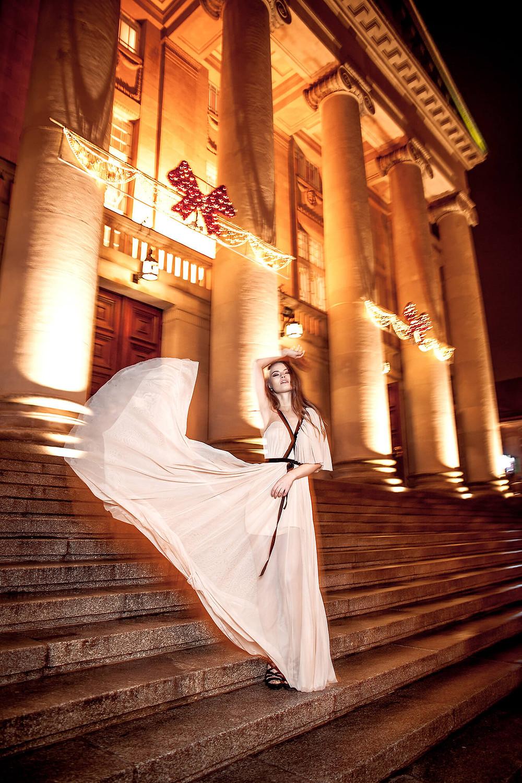 Kobieta w wieczorowej, zwiewnej sukni pod Operą