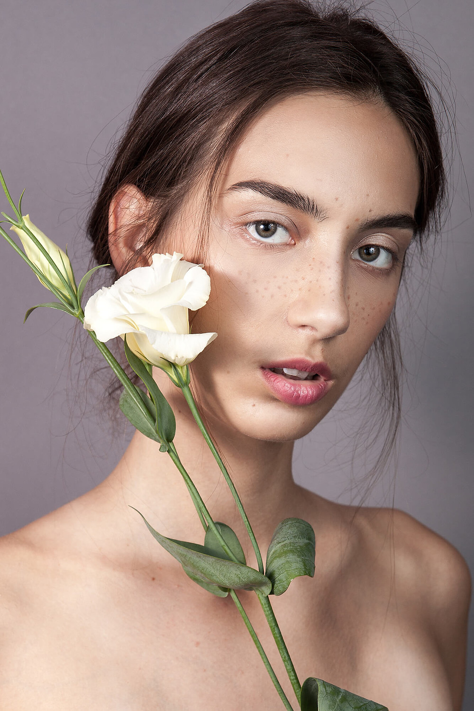 Portret no makeup z białym kwiatem