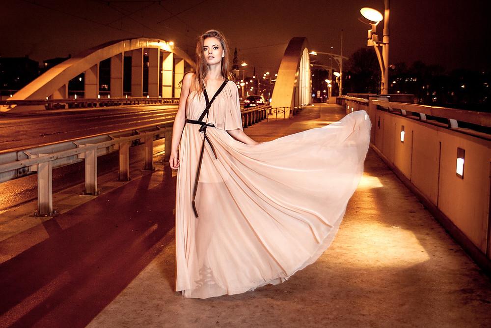 Sesja edytorial na ulicy nocą, zwiewna suknia i most Rocha w tle