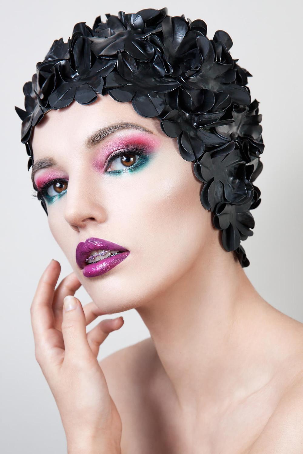 Oryginalna sesja beauty, kolorowy makijaż i czarny kwiecisty czepek