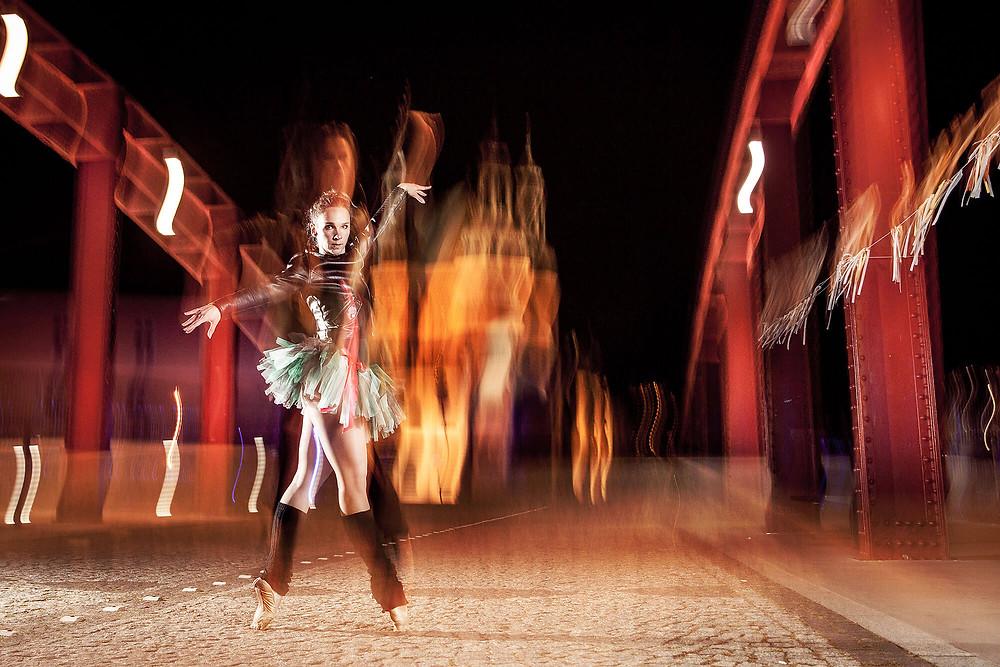 Dynamiczne zdjęcie baletnicy na długim czasie naświetlania