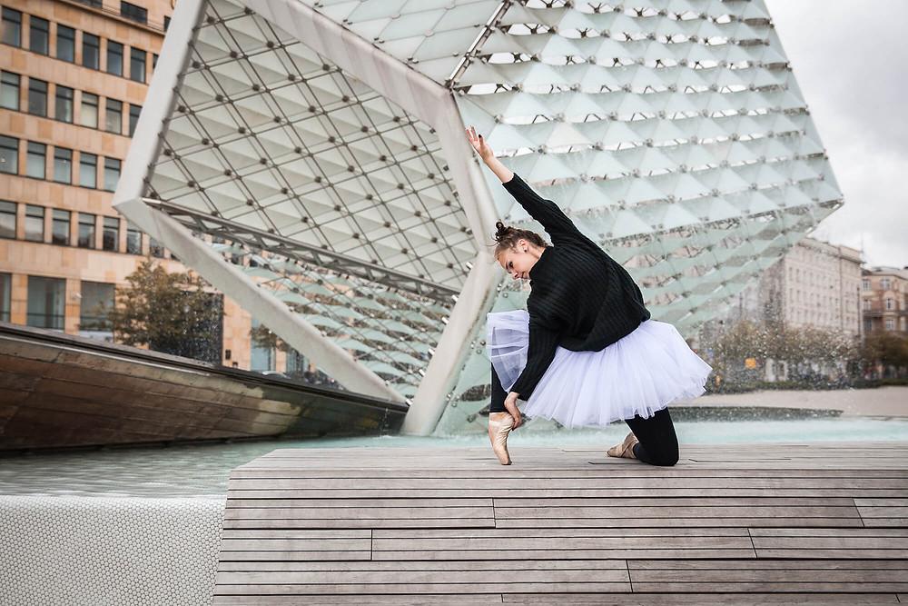 Taneczna sesja zdjęciowa w Poznaniu, baletnica na Placu Wolności