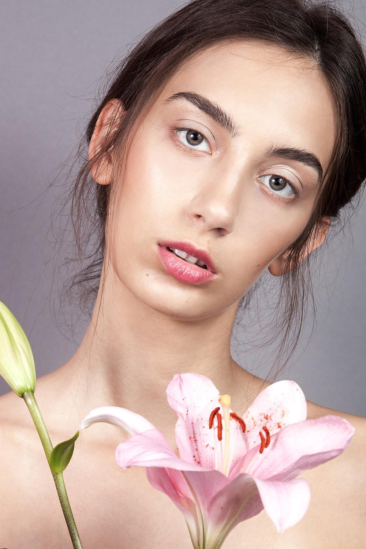 Sesja beauty no makeup z żywym kwiatem