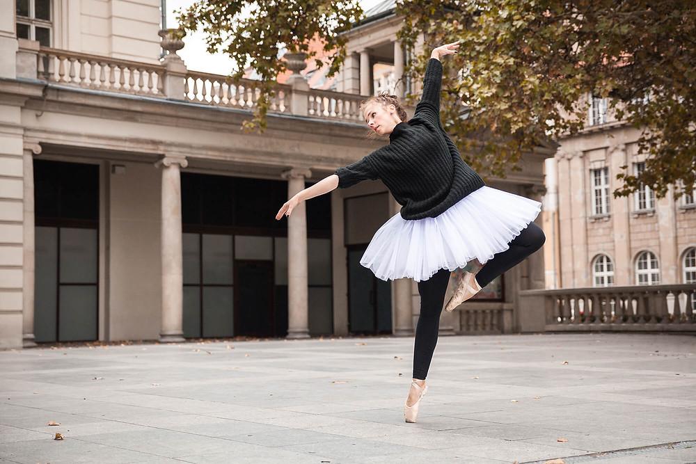Piękna baletowa poza en pointe passe w Poznaniu