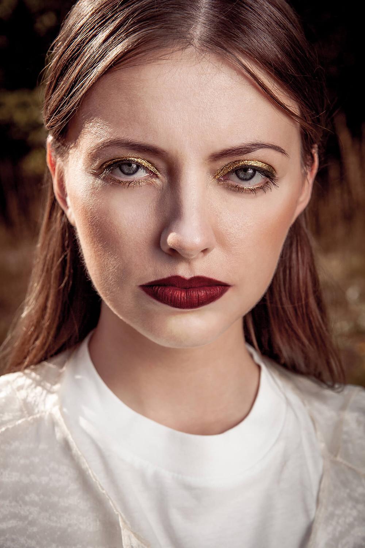 Bliski portret modelki o nietypowej urodzie i mocnym spojrzeniu