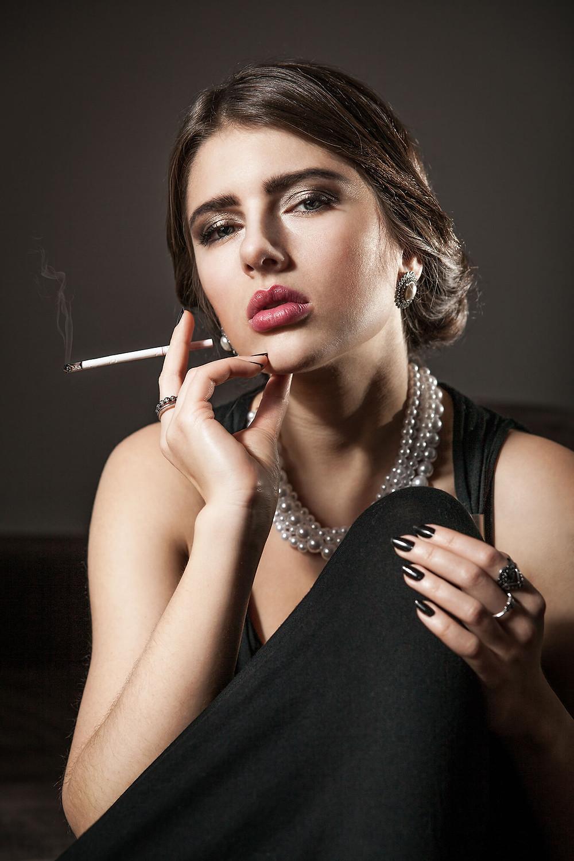 Wytworna kobieta, portret z papierosem, kobieta w perłach i czarnej, wieczorowej sukni