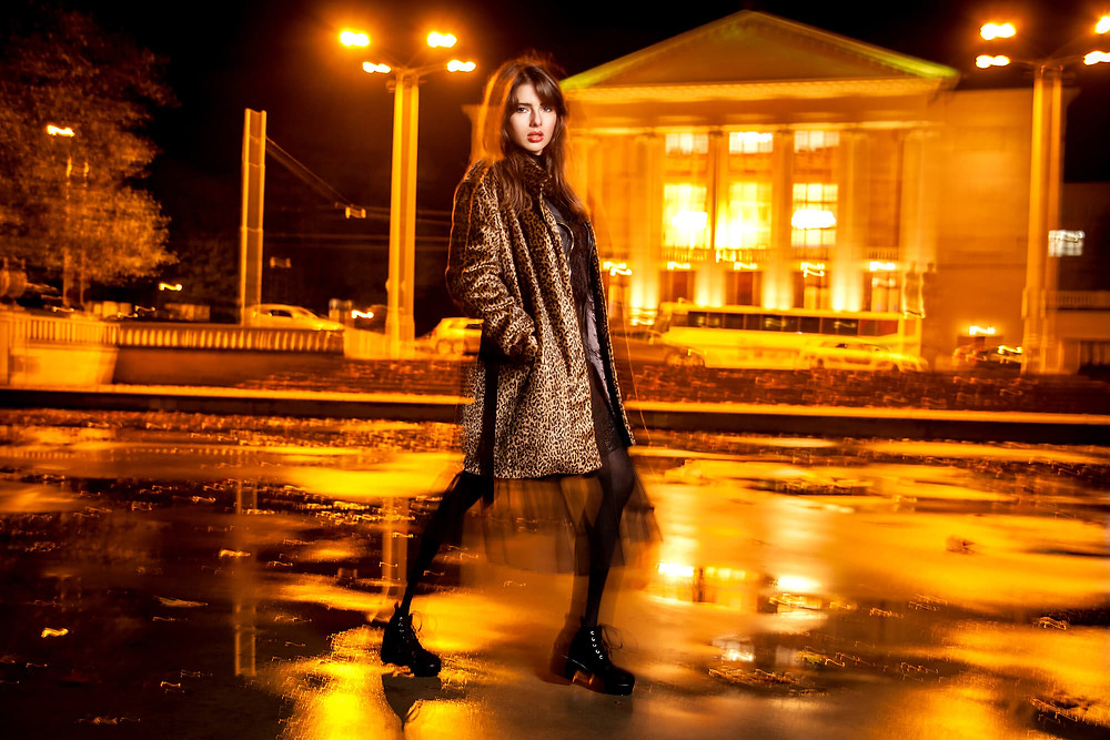 Nocna sesja zdjęciowa na tle poznańskiej Opery, kreatywna fotografia fashion, nocna sesja zdjęciowa, fotograf mody Poznań