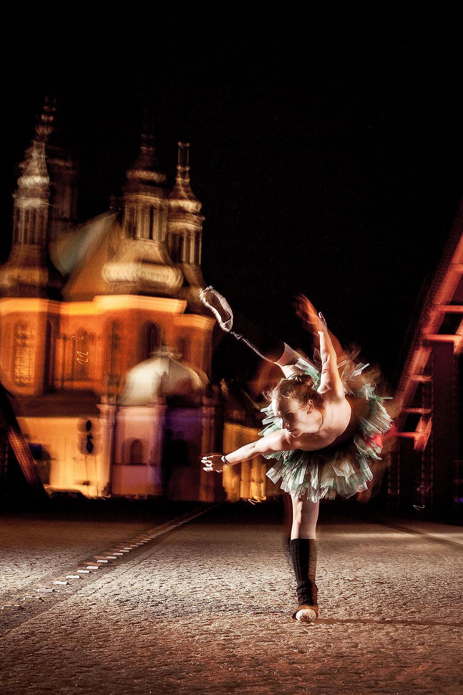 Tancerka w baletowej pozie na tle katedry