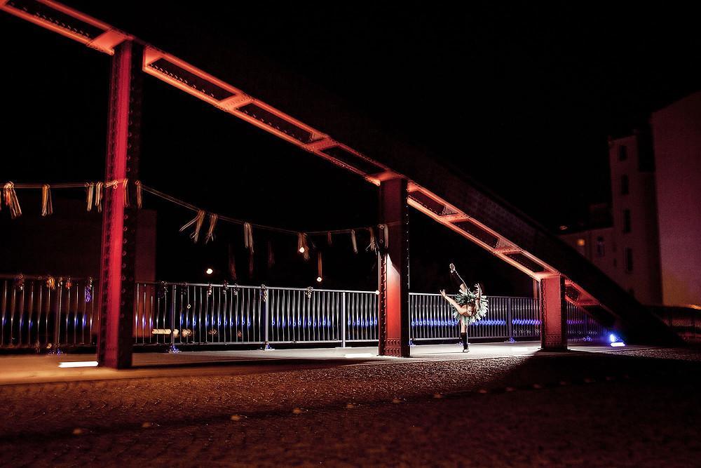 Baletowa sesja zdjęciowa na moście nocą