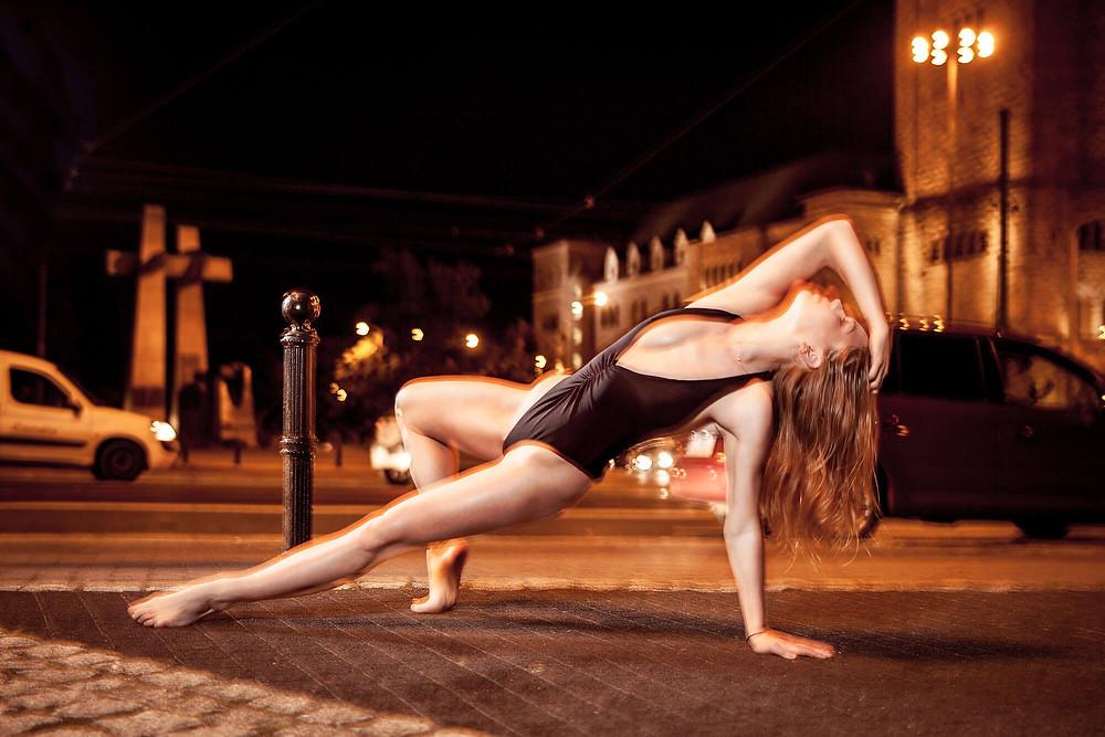 Tancerka contemporary dance w nocnej sesji zdjęciowej