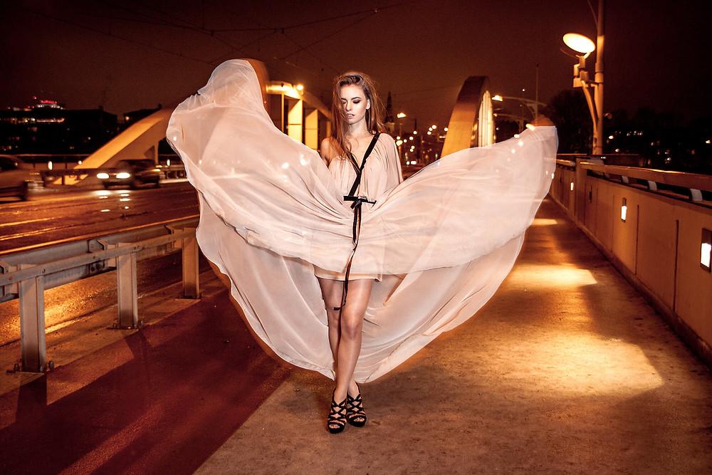 Zdjęcie na tle mostu Rocha w Poznaniu, suknia rozwiana jak Marylin Monroe