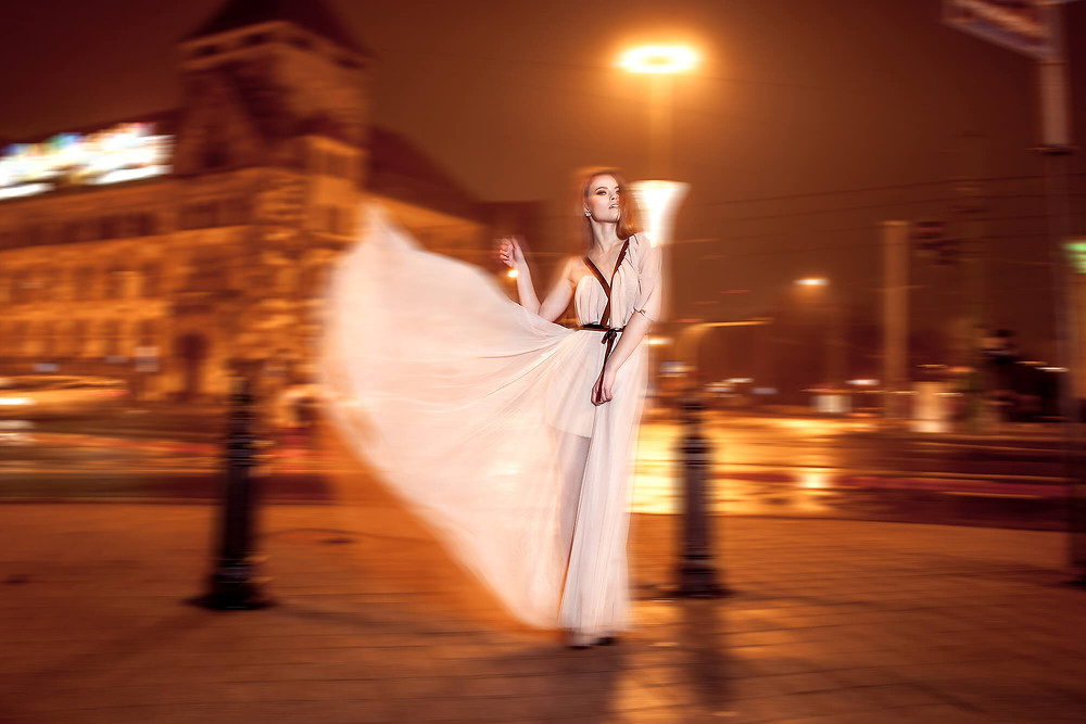 Sesja modowa z długą, zwiewną, elegancką suknią