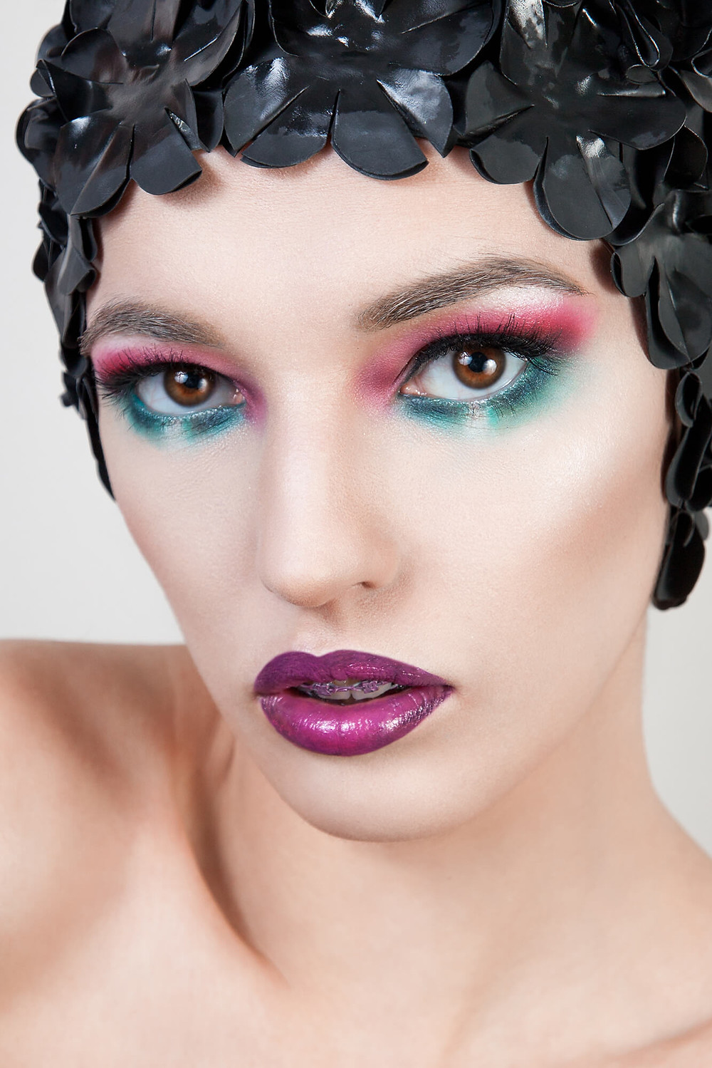 Kolorowy edytorial beauty z czepkiem na głowie