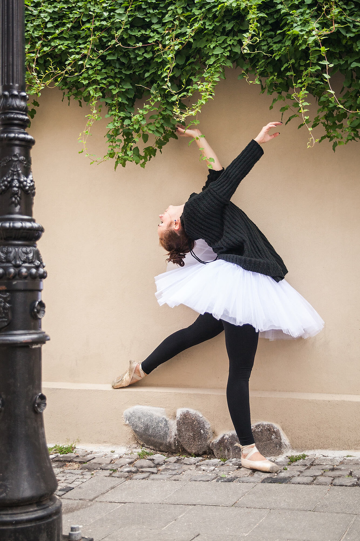 Tancerka baletu na tle ściany porośniętej roślinnością