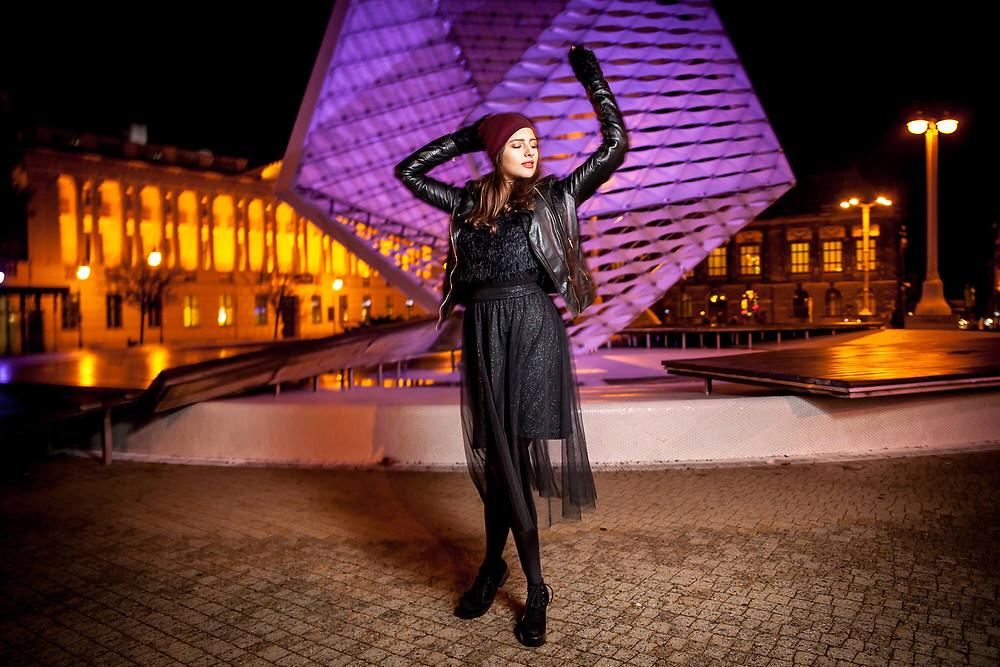 Fotograf fashion Poznań, nocny edytorial, modelka na tle nowoczesnej fontanny