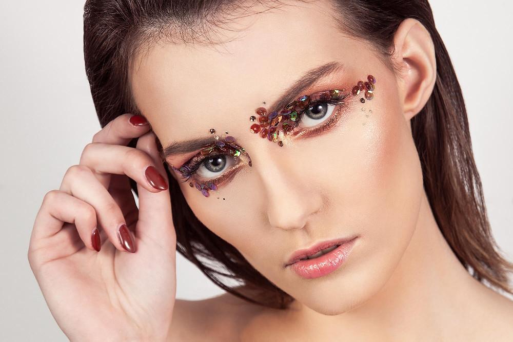 Sesja beauty z cekinami i ceglastym makijażem